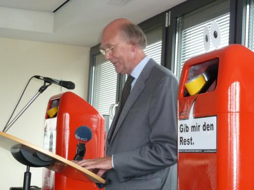 """VDS-Regionalleiter Dr. Hans Kaufmann bei der Ansprache zur Verleihung des """"Elbschwanenordens 2011"""" (Foto: Birgit Kassovic)"""